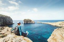 O caminhante litoral relaxa no beira-mar rochoso imagem de stock