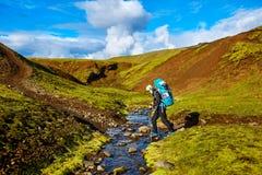 O caminhante passa através da angra, trekking em Islândia Fotografia de Stock