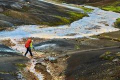 O caminhante passa através da angra, trekking em Islândia Foto de Stock Royalty Free