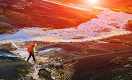 O caminhante passa através da angra, trekking em Islândia Fotos de Stock Royalty Free