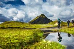 O caminhante passa através da angra, trekking em Islândia Fotografia de Stock Royalty Free