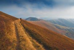 O caminhante vai pela trilha no cume de Borzhava Foto de Stock Royalty Free