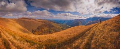 O caminhante vai pela trilha no cume de Borzhava Fotografia de Stock