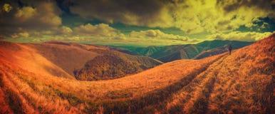 O caminhante vai pela trilha no cume de Borzhava vintage Fotos de Stock Royalty Free