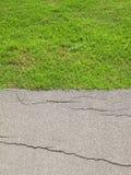 O caminho do asfalto na rua secundária era demulido devido à construção pobre imagens de stock royalty free