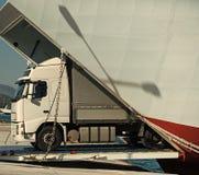 O Camion monta fora da balsa, ferryboat no dia ensolarado Transporte intercontinental a camionete do argo, caminhão, kamion trans imagens de stock