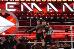 O campeão Brock Lesner de WWE ajusta-se - acima a F-5 Roman Reigns colocando Foto de Stock