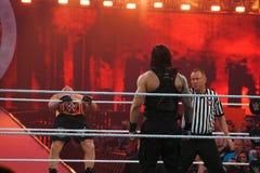 O campeão Brock Lesner de WWE inclina-se para trás enquanto guarda a corda como ele ente Foto de Stock