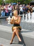 O campeão Maria Sharapova do US Open 2006 guarda o troféu do US Open na parte dianteira da multidão Fotografia de Stock