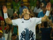 O campeão olímpico Andy Murray de Grâ Bretanha comemora a vitória depois que o ` s dos homens do tênis escolhe o final do Rio 201 imagens de stock royalty free