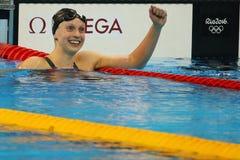 O campeão olímpico Katie Ledecky dos EUA comemora a vitória no estilo livre dos 800m das mulheres do Rio 2016 Jogos Olímpicos imagens de stock