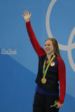 O campeão olímpico Lilly King do Estados Unidos comemora a vitória após o final dos bruços do ` s 100m das mulheres do Rio 2016 O Fotos de Stock Royalty Free