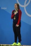 O campeão olímpico Lilly King do Estados Unidos comemora a vitória após o final dos bruços do ` s 100m das mulheres do Rio 2016 O Imagens de Stock Royalty Free
