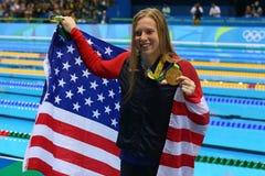 O campeão olímpico Lilly King do Estados Unidos comemora a vitória após o final dos bruços do ` s 100m das mulheres do Rio 2016 O Foto de Stock Royalty Free