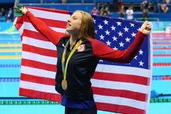 O campeão olímpico Lilly King do Estados Unidos comemora a vitória após o final dos bruços do ` s 100m das mulheres do Rio 2016 O Imagem de Stock Royalty Free