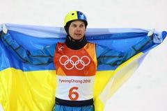 O campeão olímpico Oleksandr Abramenko de Ucrânia comemora a vitória no esqui do estilo livre das antenas do ` s dos homens nos 2 imagem de stock