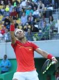 O campeão olímpico Rafael Nadal da Espanha na ação durante homens escolhe o quartos de final do Rio 2016 Jogos Olímpicos Imagem de Stock Royalty Free