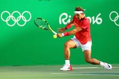 O campeão olímpico Rafael Nadal da Espanha na ação durante homens escolhe o quartos de final do Rio 2016 Jogos Olímpicos Fotografia de Stock Royalty Free