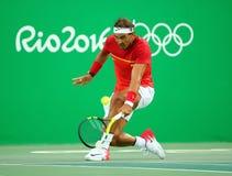 O campeão olímpico Rafael Nadal da Espanha na ação durante homens escolhe o quartos de final do Rio 2016 Jogos Olímpicos Fotos de Stock Royalty Free