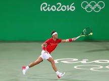 O campeão olímpico Rafael Nadal da Espanha na ação durante o ` s dos homens dobra em volta de 3 do Rio 2016 Jogos Olímpicos Fotografia de Stock Royalty Free
