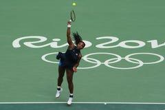 O campeão olímpico Serena Williams do Estados Unidos na ação durante escolhe o primeiro fósforo do círculo do Rio 2016 Jogos Olím Fotografia de Stock