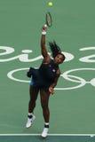 O campeão olímpico Serena Williams do Estados Unidos na ação durante escolhe o primeiro fósforo do círculo do Rio 2016 Jogos Olím Fotos de Stock