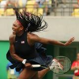 O campeão olímpico Serena Williams do Estados Unidos na ação durante escolhe o primeiro fósforo do círculo do Rio 2016 Jogos Olím Fotos de Stock Royalty Free