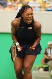O campeão olímpico Serena Williams do Estados Unidos na ação durante escolhe o primeiro fósforo do círculo do Rio 2016 Jogos Olím Imagens de Stock Royalty Free