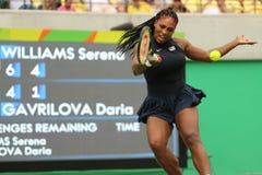 O campeão olímpico Serena Williams do Estados Unidos na ação durante escolhe o primeiro fósforo do círculo do Rio 2016 Jogos Olím Imagem de Stock