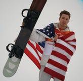 O campeão olímpico Shaun White comemora a vitória no final do halfpipe do snowboard do ` s dos homens nos 2018 Olympics de invern imagens de stock royalty free