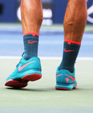 O campeão Roger Federer do grand slam de dezessete vezes veste sapatas de tênis feitas sob encomenda de Nike durante o primeiro f Imagem de Stock Royalty Free