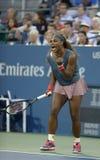 O campeão Serena Williams do grand slam de dezesseis vezes durante seu primeiro círculo dobra o fósforo no US Open 2013 Foto de Stock