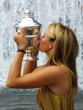 O campeão Maria Sharapova do US Open 2006 guardara o troféu do US Open depois que sua vitória as senhoras escolhe o fina Imagem de Stock Royalty Free