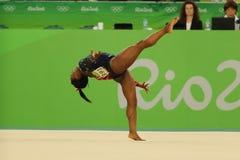 O campeão olímpico Simone Biles dos EUA compete no exercício de assoalho durante a qualificação total da ginástica das mulheres Fotos de Stock Royalty Free