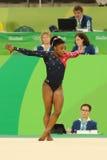 O campeão olímpico Simone Biles dos EUA compete no exercício de assoalho durante a qualificação total da ginástica das mulheres Imagem de Stock Royalty Free