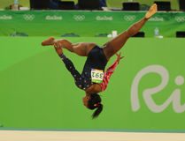 O campeão olímpico Simone Biles dos EUA compete no exercício de assoalho durante a qualificação total da ginástica das mulheres Fotos de Stock
