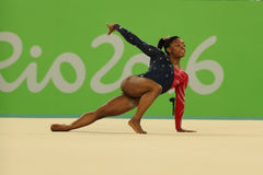 O campeão olímpico Simone Biles dos EUA compete no exercício de assoalho durante a qualificação total da ginástica das mulheres Fotografia de Stock Royalty Free