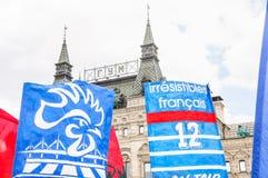 O campeonato do mundo 2018 de FIFA Bandeiras e bandeiras francesas do fã com o galo gálico no quadrado vermelho Foto de Stock Royalty Free