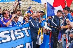 O campeonato do mundo 2018 de FIFA Fãs franceses com bandeiras e bandeiras no quadrado vermelho Fotografia de Stock Royalty Free