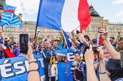 O campeonato do mundo 2018 de FIFA Fãs franceses com bandeiras e bandeiras no quadrado vermelho Fotografia de Stock
