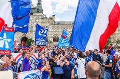 O campeonato do mundo 2018 de FIFA Fãs franceses com bandeiras e bandeiras no quadrado vermelho Fotos de Stock