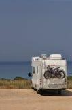 Campista estacionado na praia fotografia de stock royalty free