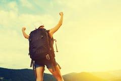 O campista feliz conquista as partes superiores da montanha Fotografia de Stock