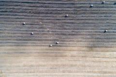 O campo colhido pegarou do ar, com grandes rolos do stra Imagens de Stock Royalty Free