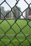 O campo de futebol no telhado cercado por construções Fotografia de Stock