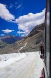 O campo de gelo de Colômbia no canadense Montanhas Rochosas, e a vista da geleira fotografia de stock