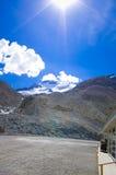 O campo de gelo de Colômbia no canadense Montanhas Rochosas, e a vista da geleira foto de stock royalty free