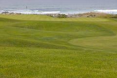 O campo de golfe esverdeia a condução a furar pelo oceano Foto de Stock Royalty Free