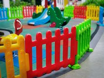 O campo de jogos de Around Kid plástico colorido da cerca com foco seletivo imagem de stock