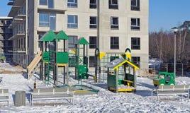 O campo de jogos coberto de neve do ` s das crianças foto de stock royalty free